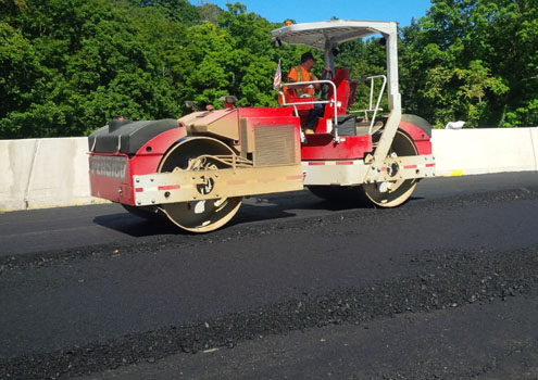 Roller compacting asphalt top course